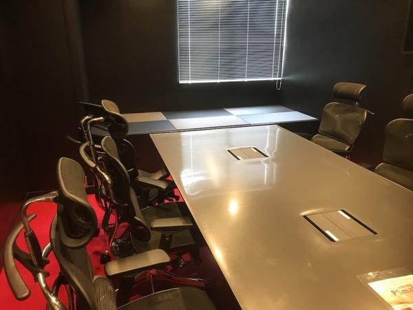 渋いブラックの会議室